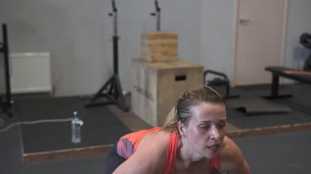 suor : Fitness woman doing barbell snatch workout in gym