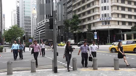 kerület : SINGAPORE - JULY 16, 2014: Unidentified people crossing the street Stock mozgókép