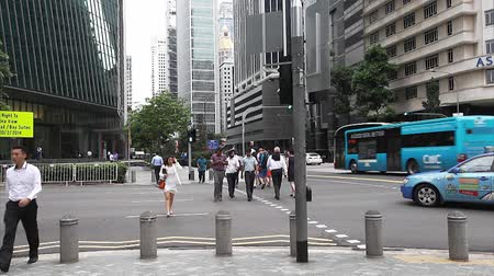 cruzamento : SINGAPORE - JULY 16, 2014: Unidentified people crossing the street Stock Footage