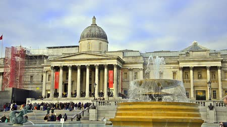 galeria : National Gallery and Trafalgar Square fountain at day in London, United Kingdom Stock Footage