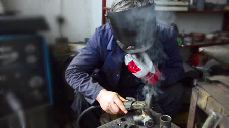 kaynakçı : Industrial worker welding, Welder uses torch to make sparks during manufacture of metal equipment. Stok Video