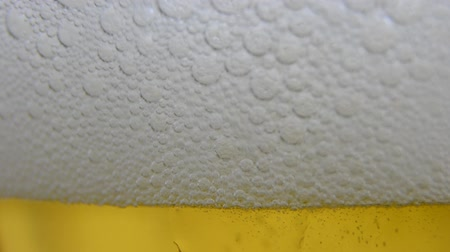 piwo : Beer Wine poured into a glass, little foam. HD. Beer Wine poured into a clear glass, very little foam. Ends with the glass full and bubbles rising. HD  Wideo