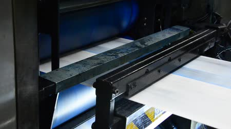 rolete : Webset offset print shop newspapers Printing (Loop), Newspapers coming off the rotation printing press industrial machine. Seamless looping video. Vídeos
