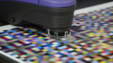 icc : Press shop, spectrophotometer robot measurement of color patches in prepress on Test Arch