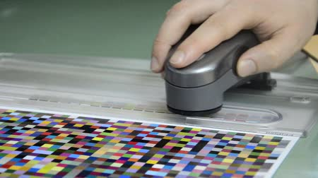 spectrophotometer : Press shop, spectrophotometer measurement of color patches in prepress on Test Arch