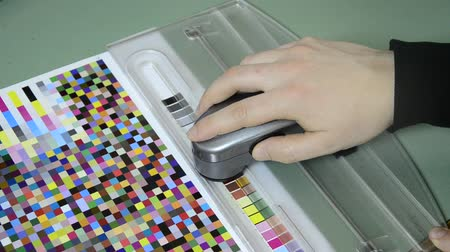 оттенки : Press shop, spectrophotometer measurement of color patches in prepress on Test Arch