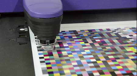 оттенки : Press shop, spectrophotometer robot measurement of color patches in prepress on Test Arch