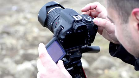somente para adultos : Male photographer shooting an image - Stock Video