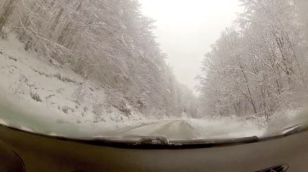 křivky : Driver POV view of winter snow drive around curve on snowy country road