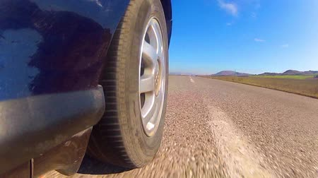 řídit : Sports car rides on the highway, rear view LOOP
