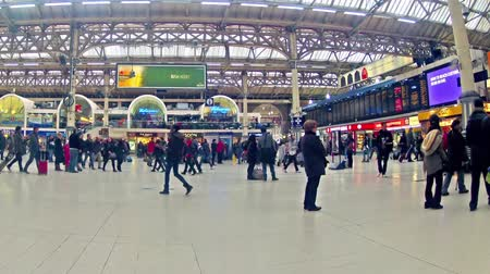 метро : LONDON, UNITED KINGDOM Time table view timelapse zoom of Commuters inside Victoria Railway Station Стоковые видеозаписи