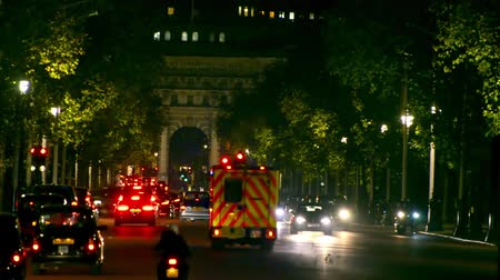 ambulância : London traffic jam and ambulance car on The Mall from Bachingham palace toward Admiralty Arch at night