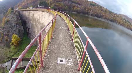 perigoso : bicycle drive pov on dam crown narrow path