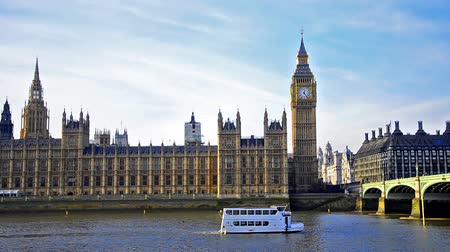 wielka brytania : House of Parliament and Big Ben with boat passing on Thames river under Westminster bridge