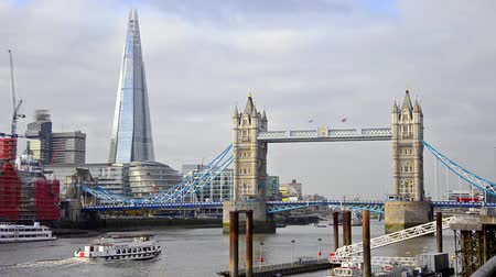 barche passando il ponte di torre con Shard in background, Londra Filmati Stock