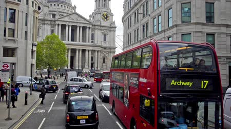 İngilizce : LONDON, Entrance to St Pauls Cathedral with a red London bus going past