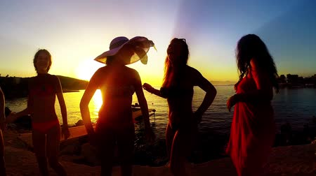 juventude : Group of Five Teenage Girls Dance and Celebrate On The Beach At Sunset, SLOW MOTION