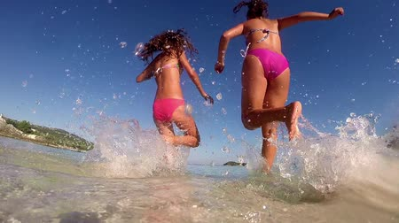 festa : Teenage Girls Run Into The Water, Celebrate On The Beach At Sunset, SLOW MOTION summer concept