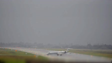 взятие : airplane arrives at foggy rain runway and breaks almost craching