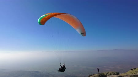 экстремальный : Paraglider takes off mountain during paragliding extreme sport competition