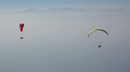 zkušenost : Beautiful view of extreme sport paraglider over high mountain range
