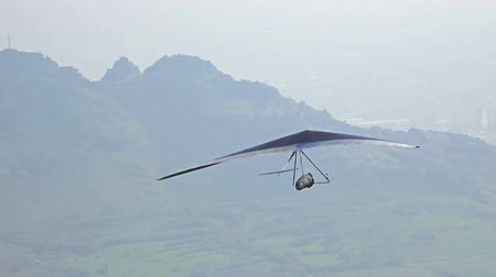 szybowiec : Ultra HD Glider takes off mountain during paragliding extreme sport competition