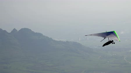 pára quedas : Glider and paraglider over misty valley