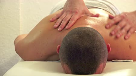 терапия : 4K man enjoying massage therapy at a luxury health spa, UHD stock video Стоковые видеозаписи