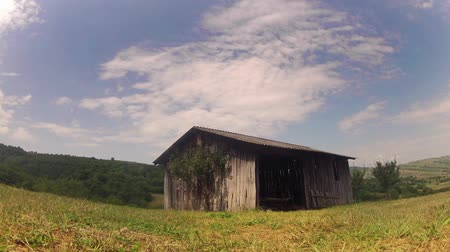 istálló : old wooden barn panning timelapse in the country Stock mozgókép