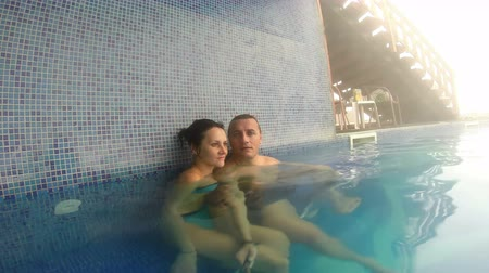 jovens : Romantic couple in spa pool