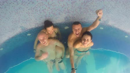 freizeit : Vier Freunde in Spa-Pool Videos