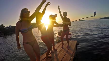 друзья : Friends dancing on beach in sunset, slow motion stock video Стоковые видеозаписи