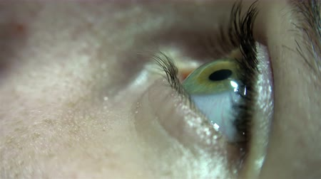 bulva oční : 4K Close-up of green female eye blink and iris focusing. UHD stock video