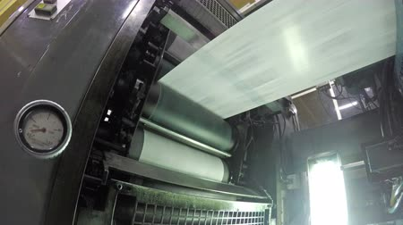 maquinaria : 4k Web set offset print shop newspapers Printing (Loop), Newspapers coming off the rotation printing press industrial machine. Seamless looping video, uhd stock video Vídeos