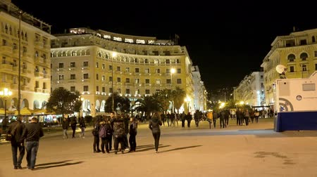 zár : Central square of Thessaloniki, Greece at night. Thessaloniki is the second-largest city in Greece and the capital of Greek Macedonia, a popular touristic destination. UHD steadycam stock footage