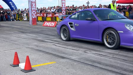 stopa : drag race challenge cars burning tires on race track Dostupné videozáznamy