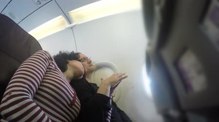 медовый месяц : Romantic couple sleeping and touching inside plane on honeymoon flight