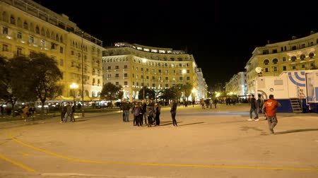 zár : Central square of Thessaloniki, Greece at night. Thessaloniki is the second-largest city in Greece and the capital of Greek Macedonia, a popular touristic destination Stock mozgókép