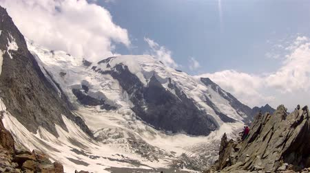 dosažení : Climber pov from Tete Rousse camp on Mont Blanc Alps higest mountain peak climbing expedition Dostupné videozáznamy