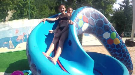 o : Kids have fun on the water slide in aqua park, SLOW MOTION 120fps Vídeos