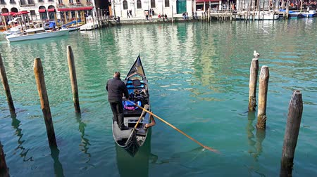 veneza : Gondolier floats from gondola park at Grand Canal in Venice, Italy Stock Footage