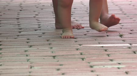 ilk : Family teaches barefoot baby to walk his first steps