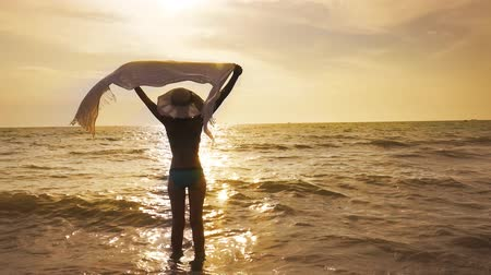 özgürlük : Beautiful Girl With Hat and White Scarf on The Beach Enjoy Summertime. Travel and Vacation. Freedom Concept Stok Video
