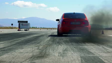 tyč : Fast street sport cars speed up on drag race track challenge Dostupné videozáznamy