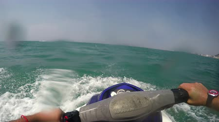 esqui : Jet ski waverunner motor ride pov with water drops splashing on camera