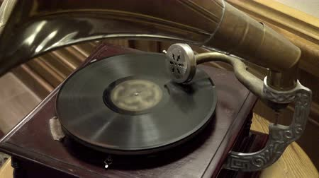klassiek : Oude grammofoon afspelen vinyl schijf close-up Stockvideo