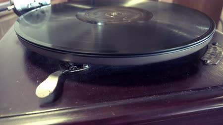 antika : Loop-able Vintage Video of Old Gramophone, playing a record, close up