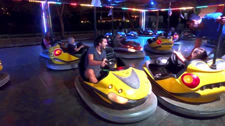 pára choque : Colorful electric bumper car attraction for the tourists in luna park autodrom, night light and fog attractions at amusement park