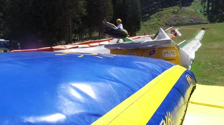 inflável : Summer tubing slide takes children down and jump at inflatable baloon bed