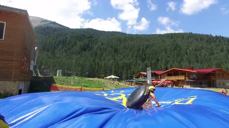 substituição : Summer Tubing atraction Park with jump replaces winter snow sliding Stock Footage